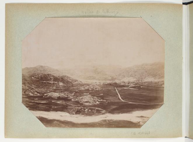 """""""Vallée de Cetinje"""", photo personnelle de Raymond Poincaré, """"Recueil. Voyages de Raymond Poincaré en Italie et dans les Balkans"""" (Gallica)"""