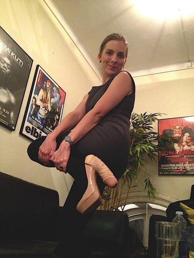 Anna Ardin showing her weird shoes. © Web