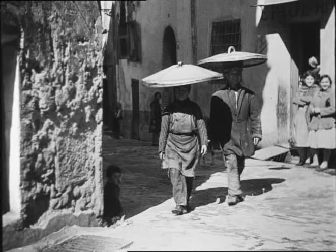 Porteurs de socca dans «A propos de Nice» de Jean Vigo.