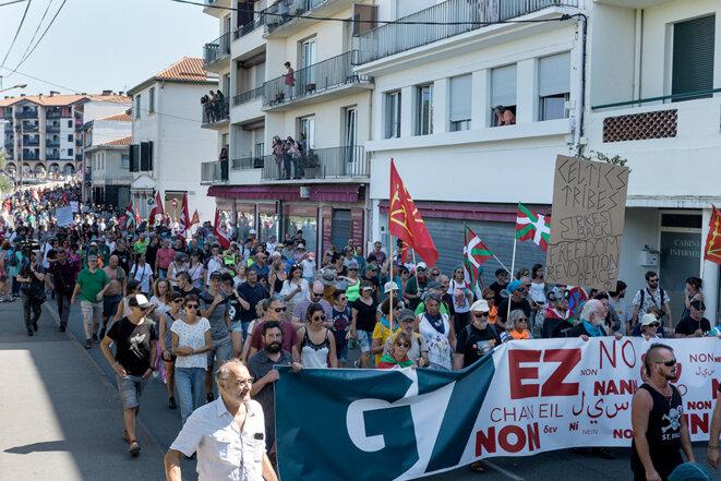 Manifestants à Hendaye samedi matin. © Yann Levy / Hans Lucas
