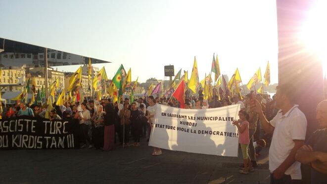 Manifestation au Vieux Port de Marseille, le 24/08/19, contre la destitution autoritaire des élus locaux des villes du Kurdistan