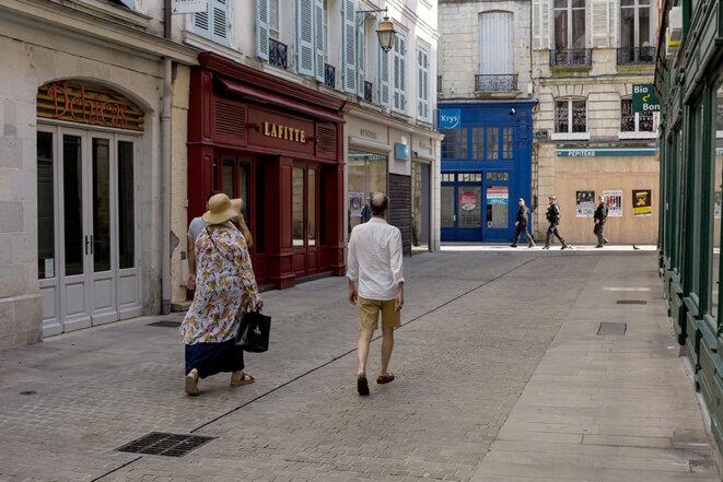 Dans les rues du centre-ville de Bayonne samedi après-midi. © Yann Levy / Hans Lucas