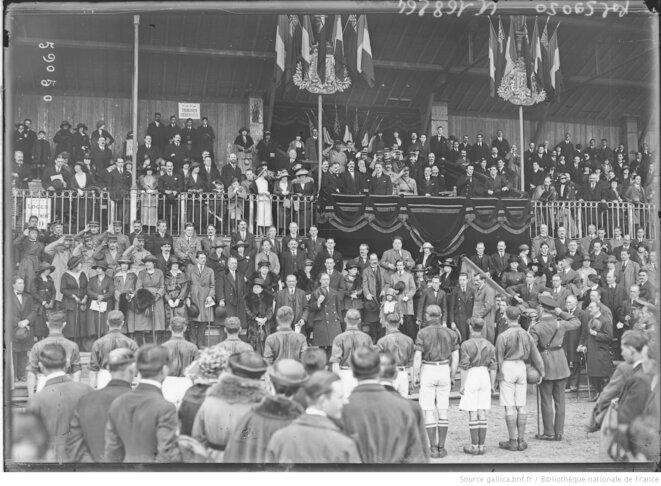 Présentation des équipes française et anglaise de football militaire à Colombes, le 25 Avril 1920 | © Gallica