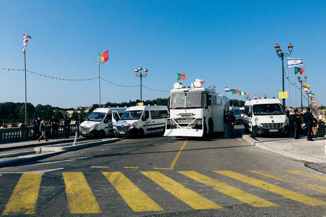 Le dispositif policier à Bayonne dimanche après-midi. © Yann Levy / Hans Lucas