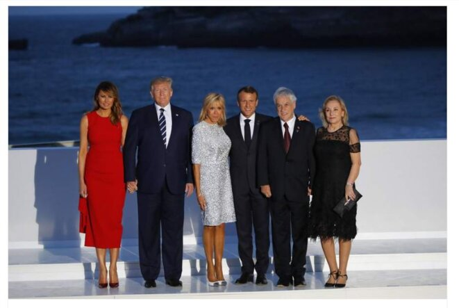From the left, First lady Melania Trump, left, President Donald Trump, Brigitte Macron, French President Emmanuel Macron, Chile's President Sebastian Pinera, second right, Pinera's wife Cecilia Morel pose for the G7 family photo Sunday, Aug. 25, 2019 in Biarritz © François Mori/AP/SIPA