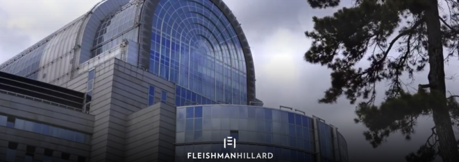 Capture d'écran de la page d'accueil du site de FleishmanHillard, avec le Parlement européen de Bruxelles en arrière-fond.