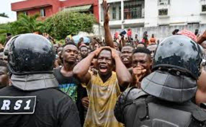 Les fans de Dj Arafat pleurant sa mort à Abidjan