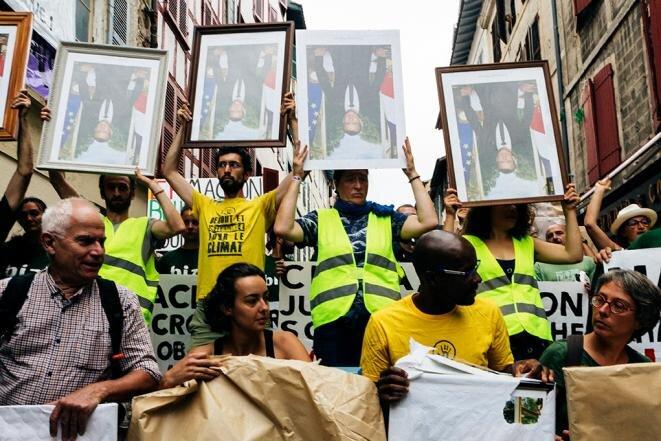 La marcha con los retratos de Emmanuel Macron en Bayona, 25 de agosto de 2019. © Yann Levy/Hans Lucas