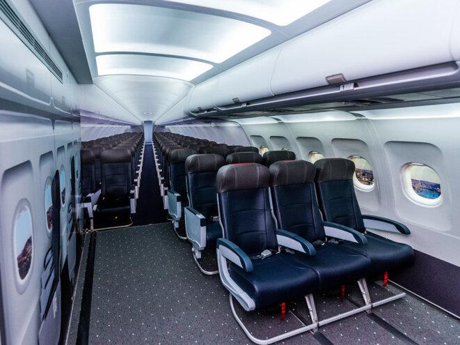 Une réplique d'une cabine d'avion dans l'espace sensoriel comprend des sièges d'avion, des plateaux, des vitres, des ceintures de sécurité et des compartiments supérieurs, pour permettre aux enfants et aux adultes de s'habituer à l'impression d'être assis dans un avion. © Avec l'aimable autorisation de l'aéroport international de Pittsburgh.
