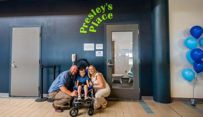 Jason Rudge (à gauche), est conducteur d'équipement lourd à l'aéroport. Il a suggéré l'idée d'une salle conviviale sur le plan sensoriel, basée sur ce que lui et sa femme Sharon (à droite) ont vécu et ce dont ils ont besoin lorsqu'ils voyagent avec leur fils, Presley. Le nouvel espace sensoriel de l'aéroport porte le nom de Presley. © Avec l'aimable autorisation de l'aéroport international de Pittsburgh.