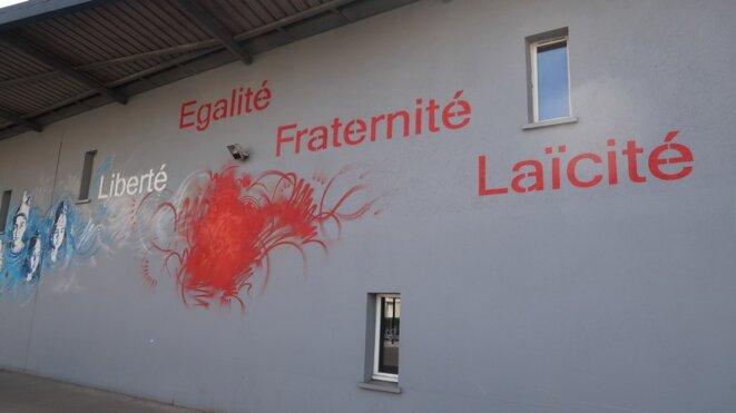 Fronton du groupe scolaire Pauline-Kergomard, F-95200, Sarcelles (2019) © Luc Bentz (photo personnelle), licence Creative commons CC-BY-NC-SA.