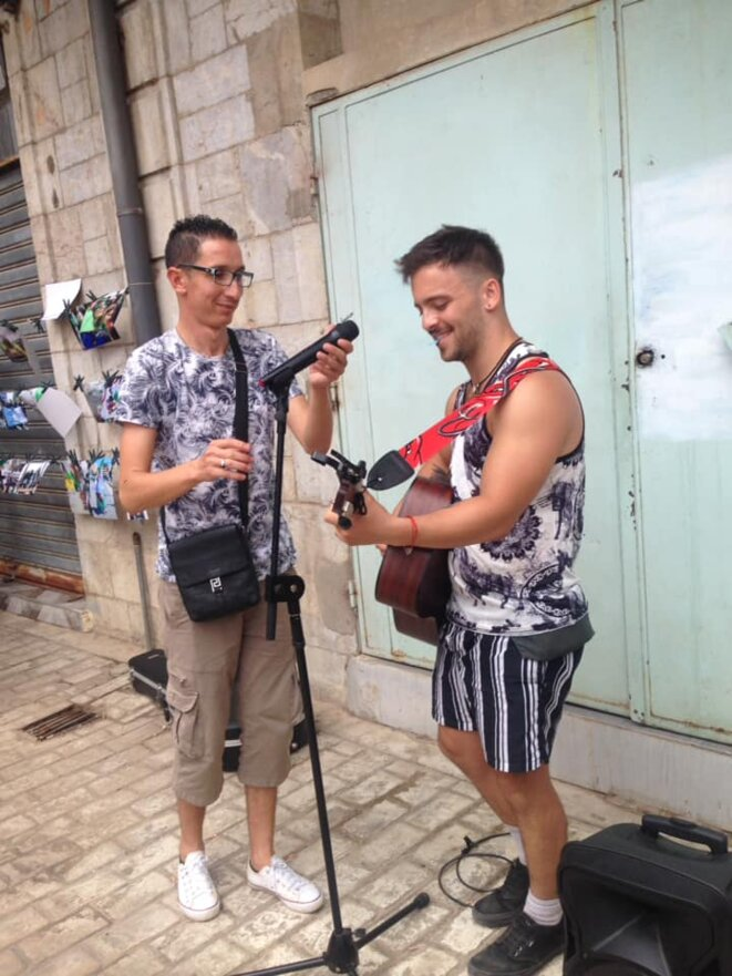 """De Melbourne à Béjaia : Josh Bienstein participant à l'opération """"Art de la rue"""" à Béjaia © W. Agsous"""