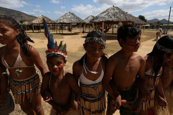 Des enfants macuxi durant une cérémonie de la communauté Maturuca, au Brésil. © REUTERS/Bruno Kelly