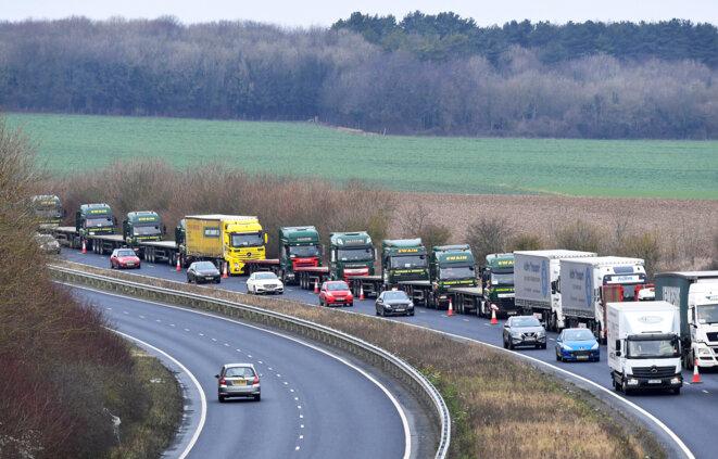 Une queue de poids lourds à Douvres, lors d'un essai de contrôle douanier en vue du Brexit, le 7 janvier 2019. © Reuters