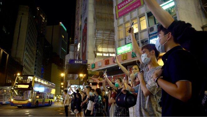 """Des manifestants recréent une """"Baltic line"""" de plusieurs kilomètres durant une heure. Central Hong le 23/08/2019. © Pierre Thomas"""