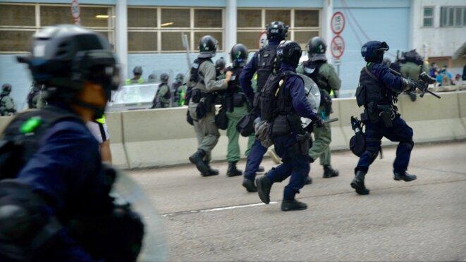 Les policier chargent après les premiers jets de pierre. Hong Kong le 24/08/2019 © Pierre Thomas