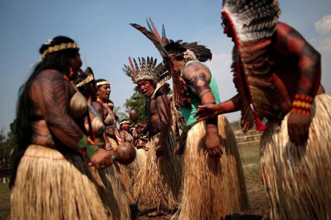 Cérémonie pour demander la fin des feux, dans la tribu des Shanenawa. © Reuters