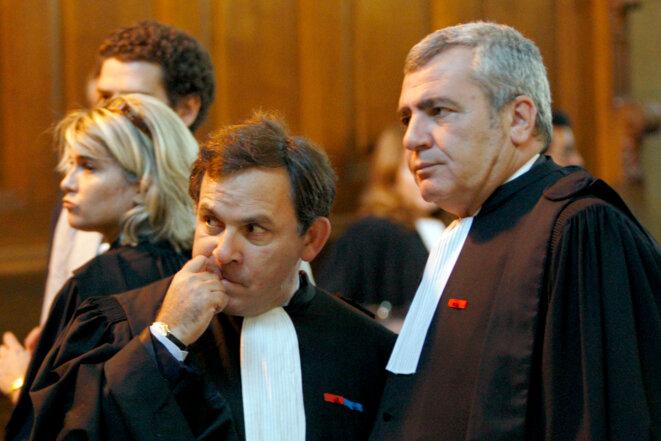 Me Szpiner (à gauche), avocat d'Alexandre Djouhri, et Me Herzog, avocat de Nicolas Sarkozy. © Reuters