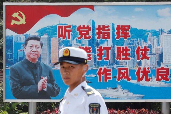 Une affiche à la gloire de Xi Jinping, le 30 juin, à Hong Kong. © Reuters