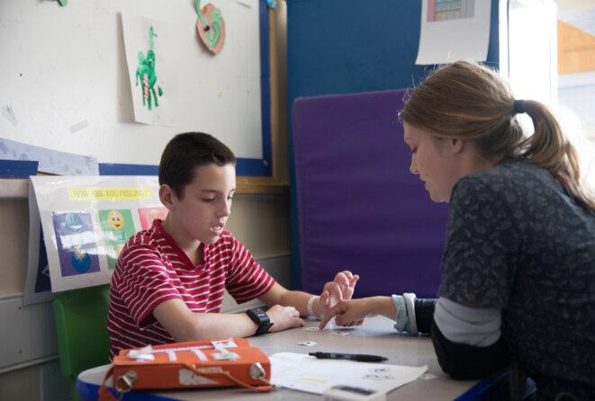Dispositif de repérage  Les enfants autistes de l'académie portent à tour de rôle un bracelet qui suit leur rythme cardiaque, leur sueur et leurs mouvements. © Erin Little