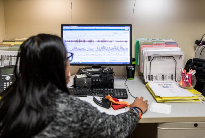 Inspecteur Gadget :  Un assistant de recherche examine les données recueillies par les capteurs du bracelet. © Erin Little