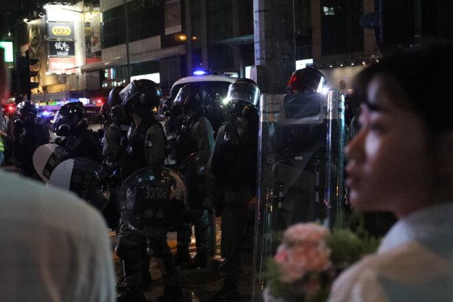 Manifestants et policiers dans le quartier Mong Kok, vendredi 6 septembre 2019. © Jordan Pouille