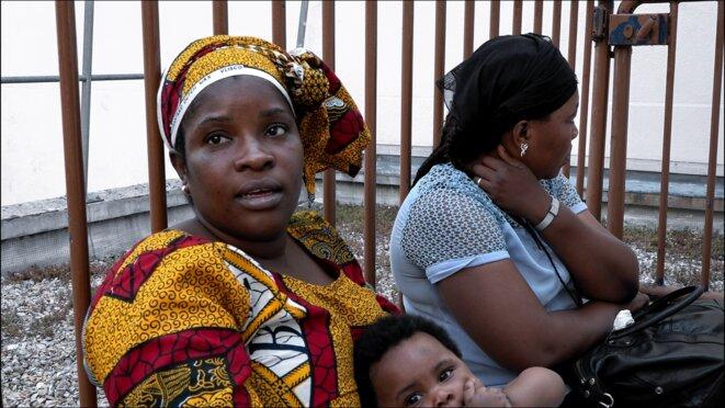 Venue de Côte-d'Ivoire avec son enfant...