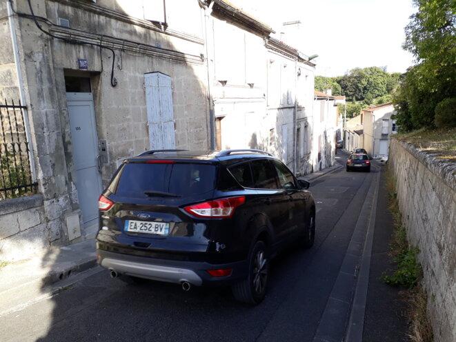 - Impossible de se croiser dans cette rue très en pente, et surtout très étroite - © - FS -