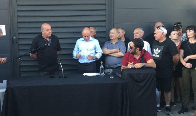 Manifestation de soutien à Jean-André Miniconi le 30 juillet. Léo Battesti au micro et Jean-André Miniconi en chemise bleue à sa droite.