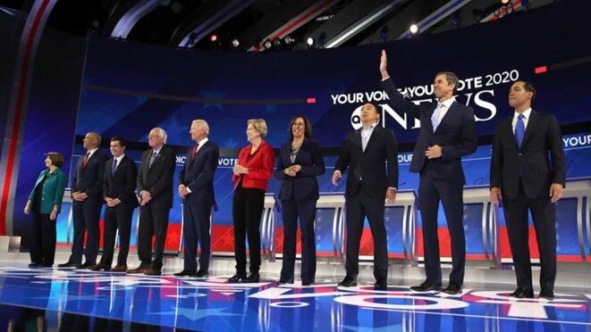 Les dix candidats ayant participer au troisième débat des primaires démocrates. © Justin Sullivan/Getty Images