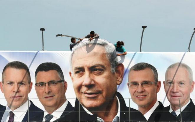 Affiche de Benjamin Netanyahou entouré des candidats de son parti, à Jérusalem, le 28 mars 2019. © Reuters