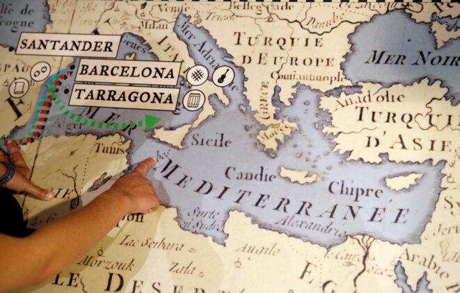 Carola Rackete montre une carte de la Méditerranée au Musée maritime de Barcelone. © Reuters