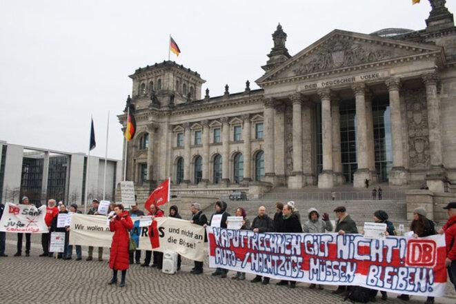 Événement devant le parlement allemand le 6 mars 2015 en présence d'(euro-)députés :  «DB : truquer les comptes c'est pas du jeu. Les trains de nuit / auto-trains doivent être maintenus. Nous voulons voyager vers Paris.» © JH