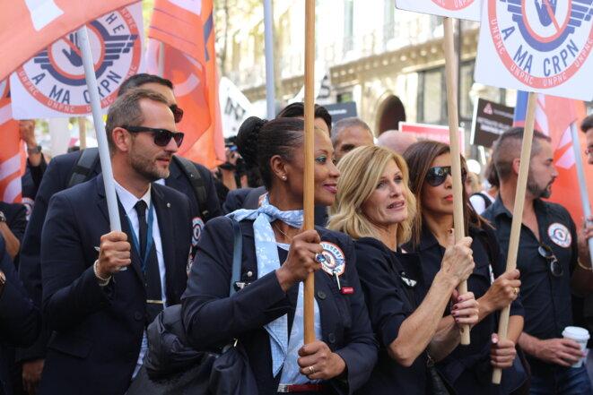 Stewards et hôtesses de l'air ont défilé au milieu des professions libérales. © M.G