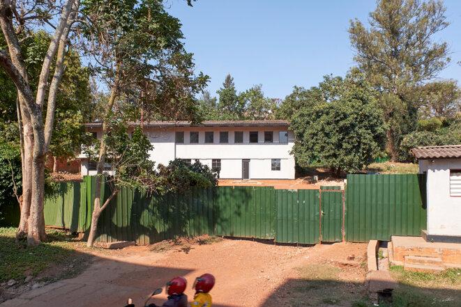 Kigali, batiment de la criminologie, aussi appelé Fichier central, tenu par la gendarmerie rwandaise à l'époque génocidaire. Elle y gérait entre autre le fichier PRAS des personnes à rechercher et à surveiller et y effectuait des interrogatoires qui lui donnaient une très mauvaise réputation. Ce fut un haut lieu de la traque des Tutsi.. Photo prise en 2019 © Emmanuel Cattier