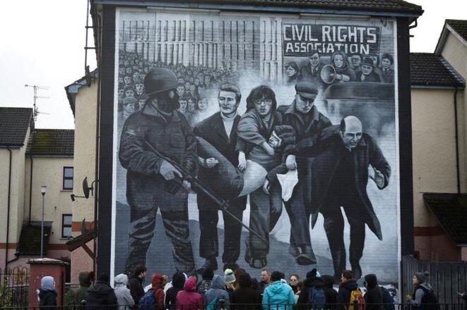 Des touristes à Derry-Londonderry le 14 mars 2019. © REUTERS/Clodagh Kilcoyne