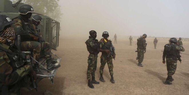 Des soldats du Bataillon d'intervention rapide (BIR) près de Kolofata, dans le nord du pays, en mars 2016. © Joe Penney / Reuters