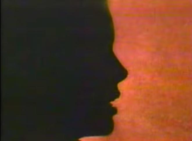 L'ex-mannequin canadienne P.B. témoignant à visage masqué dans le documentaire de l'émission « 60 minutes », sur la chaîne CBS, en 1988. © Capture d'écran de la vidéo de CBS