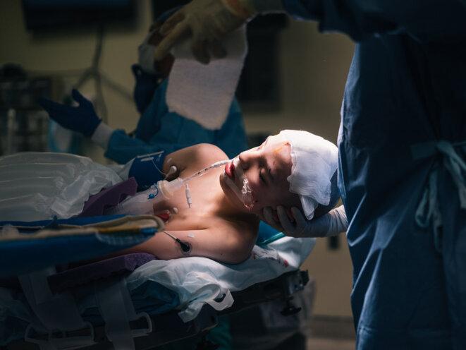 Manipuler avec précaution : Saadi Ghatan, le neurochirurgien, berce la tête de Kevin.
