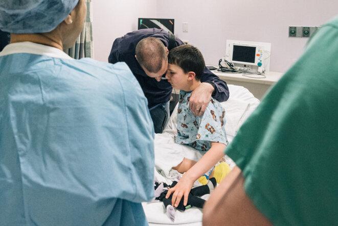 Discours d'encouragement pré-opératoire : Kevin Lightner reçoit le soutien de son père avant sa chirurgie épileptique expérimentale.