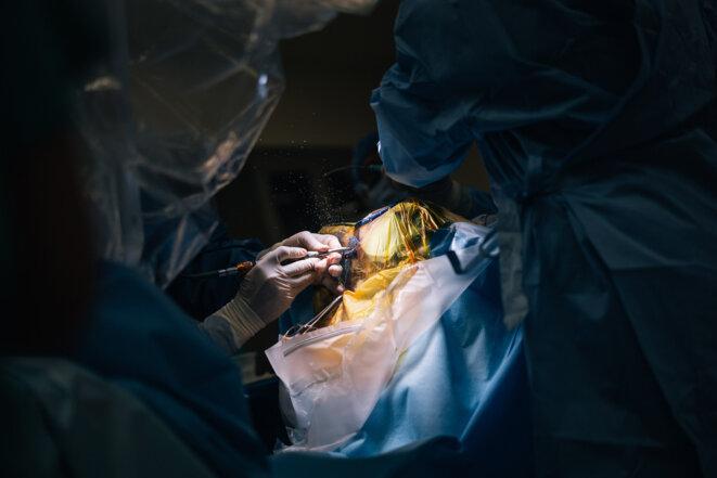 Petite fenêtre : Le chirurgien découpe un morceau d'os dans le crâne de Kevin pour faire place à un implant qui prévient les crises.