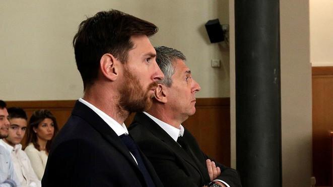Lionel Messi y su padre Jorge (en segundo plano) durante su juicio por fraude fiscal, en junio de 2016 en Barcelona. © Reuters
