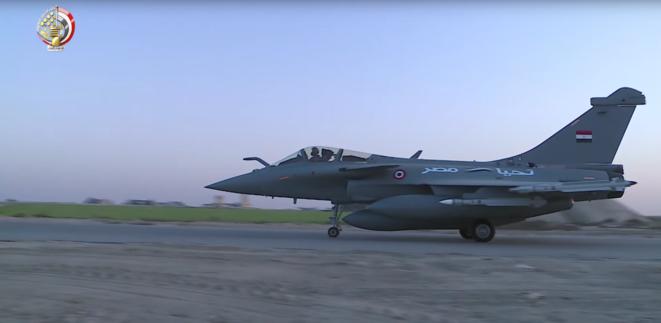 Un Rafale égyptien décolle de la base aérienne de Gebel El-Basur, au nord-ouest du Caire, lors du raid déclenché le 26 mai 2017. © Armée de l'air égyptienne