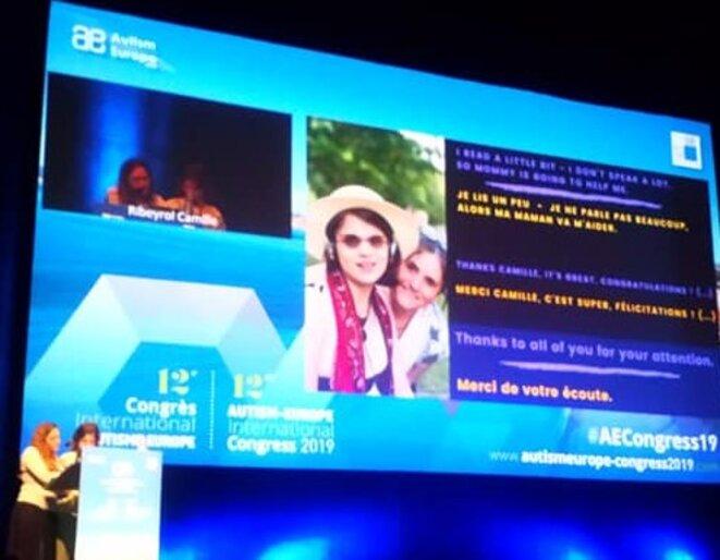 Camille Ribeyrol et sa mère à la tribune du Congrès d'Autisme Europe