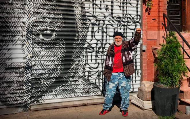 Victor Toro posa junto a uno de los murales del Bronx. © Interferencia