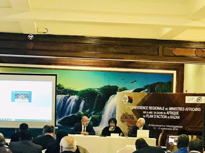 Antananarivo, Madagascar - Centre de Conférence Internationale Ivato - le Prof. Ibrahim ALBALAWI (1er à gauche de la photo), Ambassadeur, Délégué permanent du Royaume d'Arabie Saoudite auprès de l'UNESCO