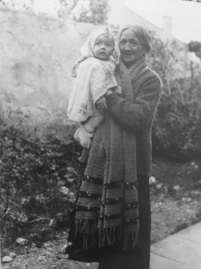 Mon arrière-grand-mère Milla avec mon oncle dans les bras.