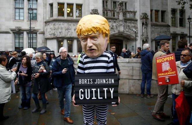 Un manifestant devant la Cour suprême, mardi 24 septembre à Londres. © REUTERS/Henry Nicholls