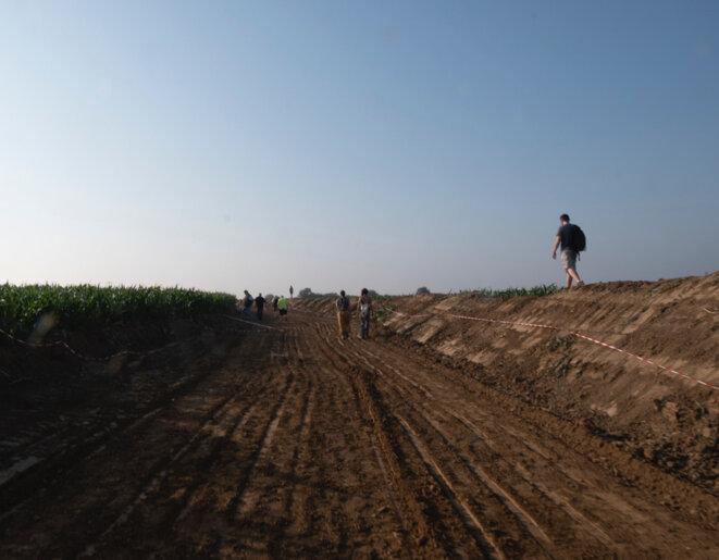 Le 26 juin 2019, une tranchée creusée à travers un champ de Gonesse. © Alice Le Roy