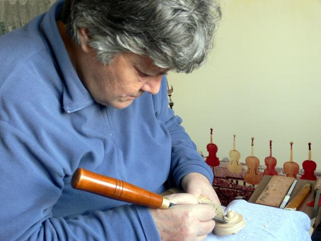 Wanna Zambelli dans son atelier de lutherie à Crémone